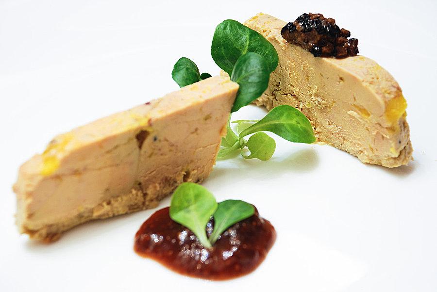"""De ce sa faceti foie gras acasa? In primul rand pentru ca este muuuuult mai ieftin decat cel deja preparat, iar procesul nu este complicat. Apoi alegeti voi ingredientele (tipul de sare, coniac) precum si eventuale """"umpluturi"""" gen trufe, caise, smochine. Este adevaratul foie gras """"entier"""", nu facut din resturi sau spumă (mousse) si nu conține conservanți de niciun fel. Mai mult, cumparati ficat categoria A, mai putin gras, provenit de la rate / gaste crescute in conditii mai bune."""