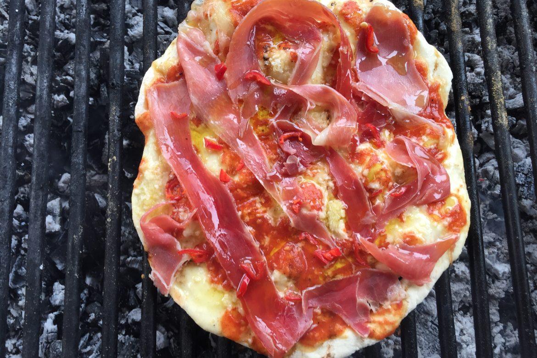 Pizza cu prosciutto pe gratar