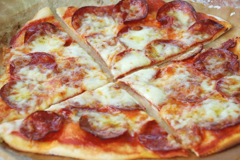Pizza cu chorizo si mozzarella, piza cu salam, pizza cu branza si salam, pizza cu salam picant si mozzarella, reteta pizza, reteta pizza cu blat subtire, reteta blat pizza, blat subtire pentru pizza, reteta pizza de casa, pizza cu de toate, blat de pizza rapid, cum facem cea mai buna pizza de casa, pizza de casa cu blat subtire, blat de pizza subtire, aluat de pizza facut in casa, reteta blat crocant de pizza
