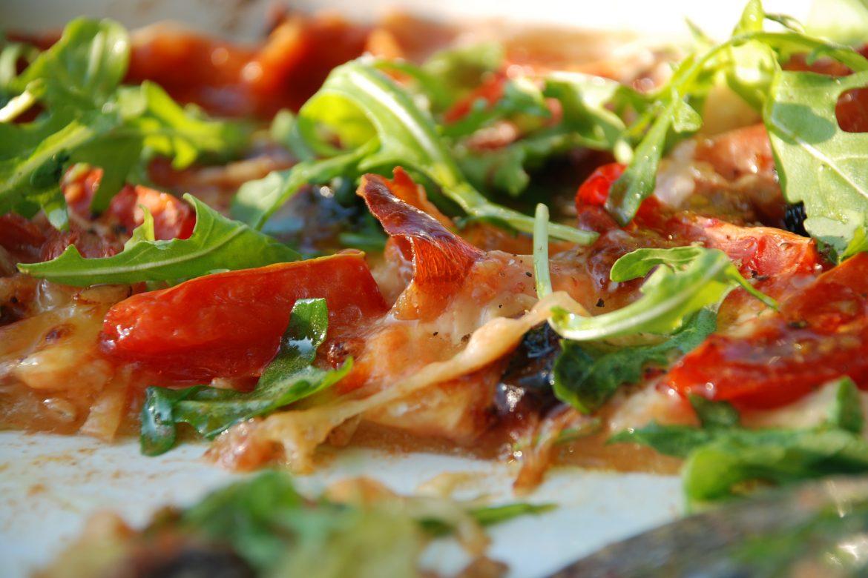 Pizza cu prosciutto, parmezan, masline si rosii cherry