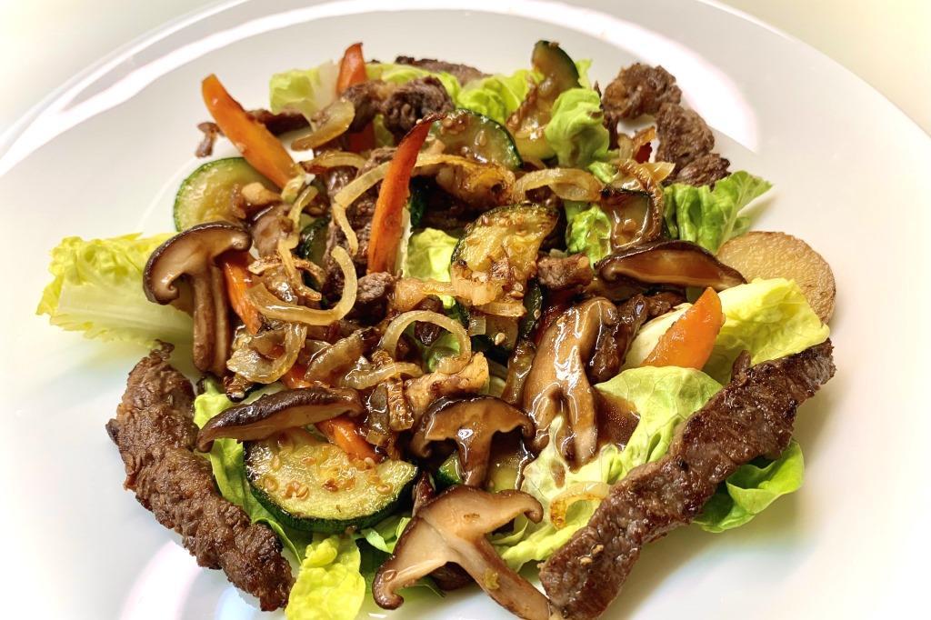 salata asiatica, salata cu carne, salata cu vita, retete bonfood, salata thailandeza cu vita, vita cu susan trasa in tigaie, cum facem salata asiatica, salata asiatica legume, salata in stil asiatic