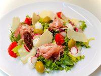 Salata cu prosciutto,salata italienteasca, salata frantuzeasca, retete bonfood, salata rapida, salata cu sunca, salata eleganta cu parmezan, salata cu mozzarella si rosii, reteta salata cu prosciutto, reteta salata rapida